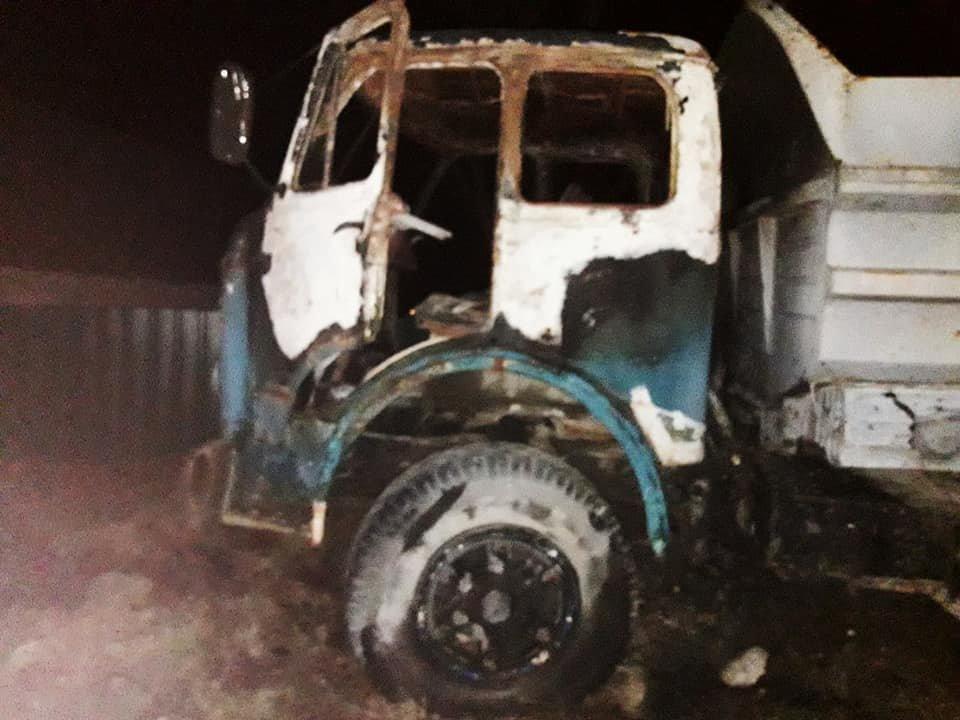 У селі Смотрич майже вщент згоріло 2 автомобіля, фото-2