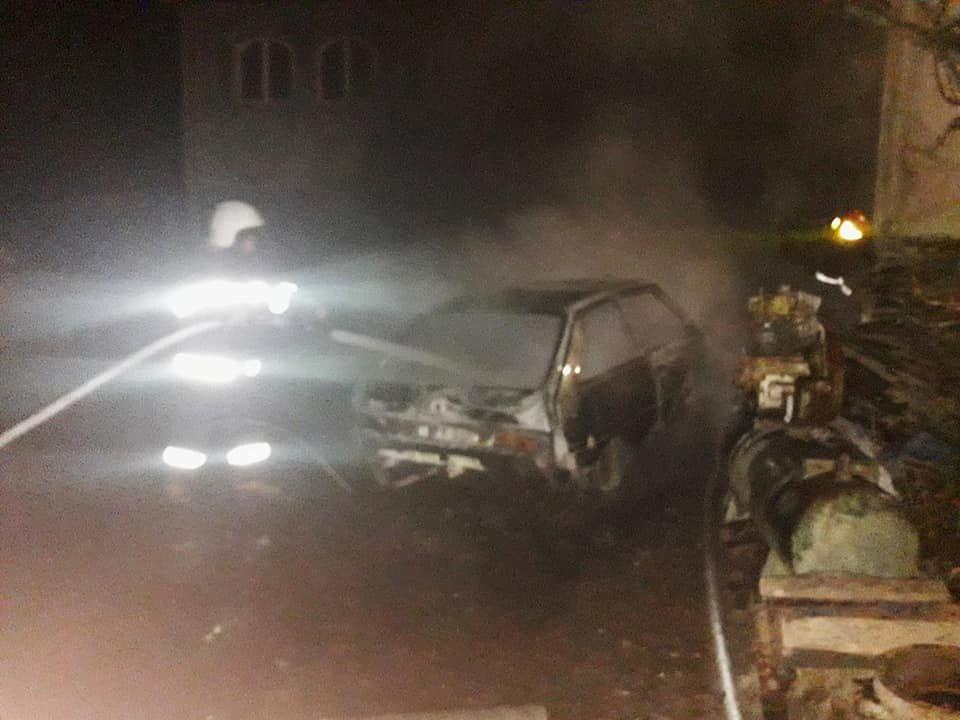 У селі Смотрич майже вщент згоріло 2 автомобіля, фото-3