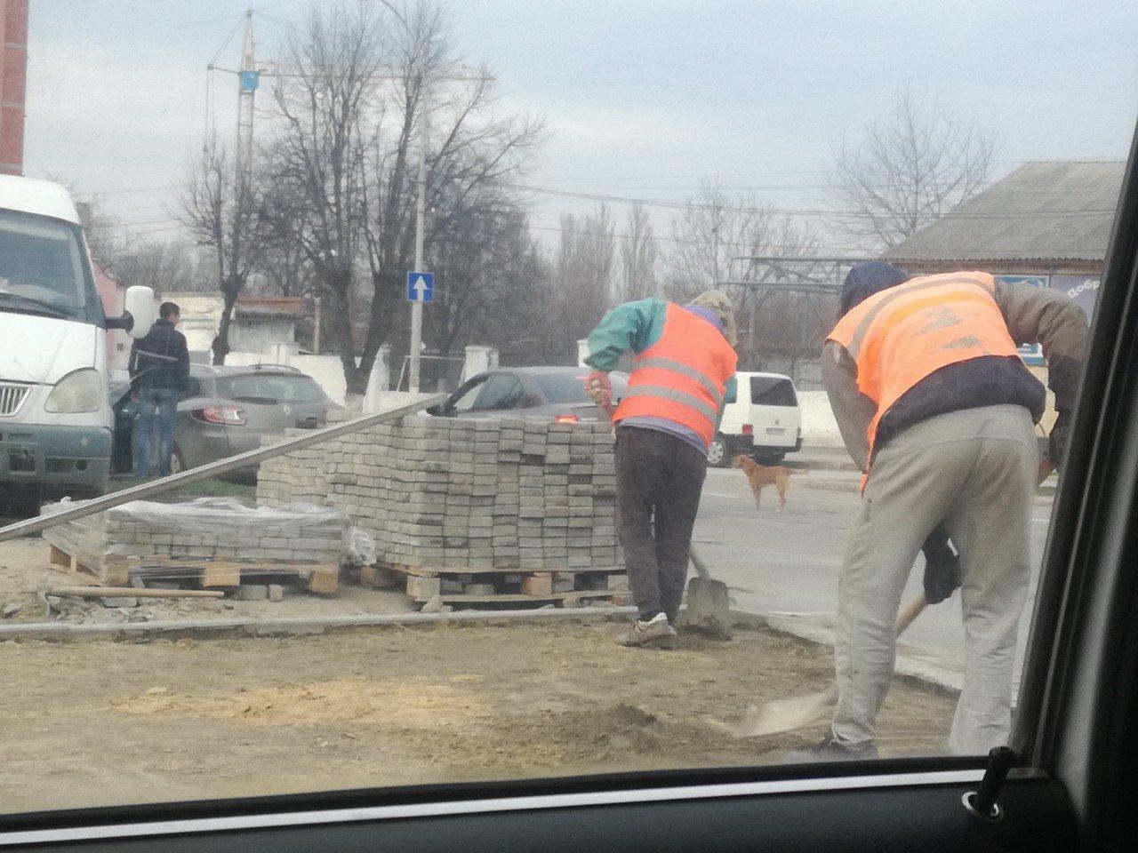 Серед білого дня у центрі міста невідомі крали тротуарну плитку, фото-2
