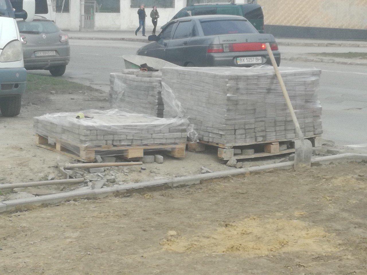 Серед білого дня у центрі міста невідомі крали тротуарну плитку, фото-4
