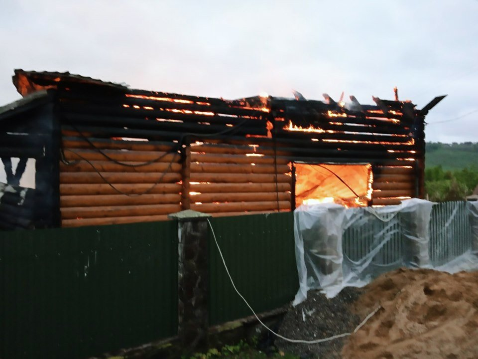 На Кам'янеччині майже вщент згорів житловий будинок, фото-1