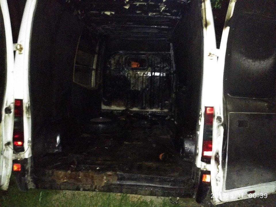 На мікрорайоні Жовтневому підпалили авто, фото-1