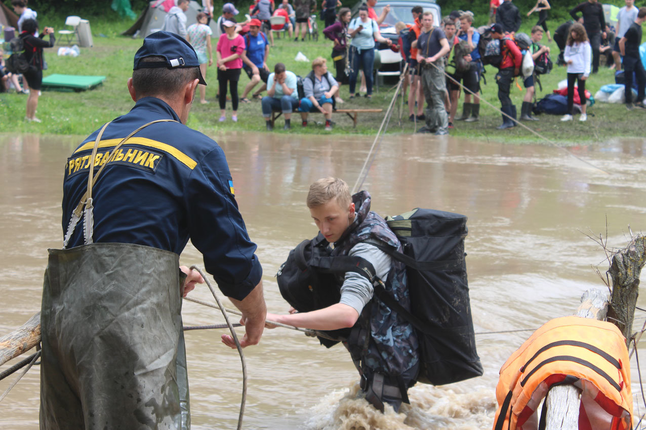 255 туристів опинилися у водяній пастці через вихід з берегів річки Смотрич, фото-1