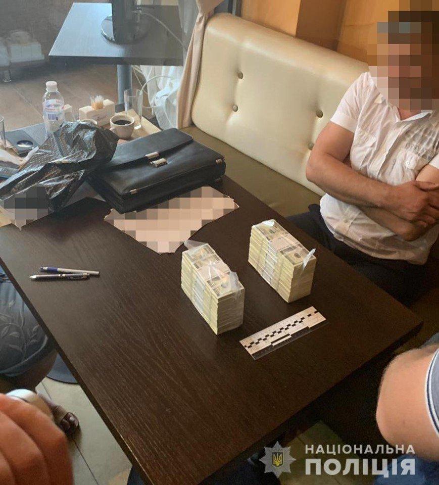 """У готелі """"7 днів"""" затримали посадовців під час отримання хабара, фото-4, Фото: Національна поліція України"""