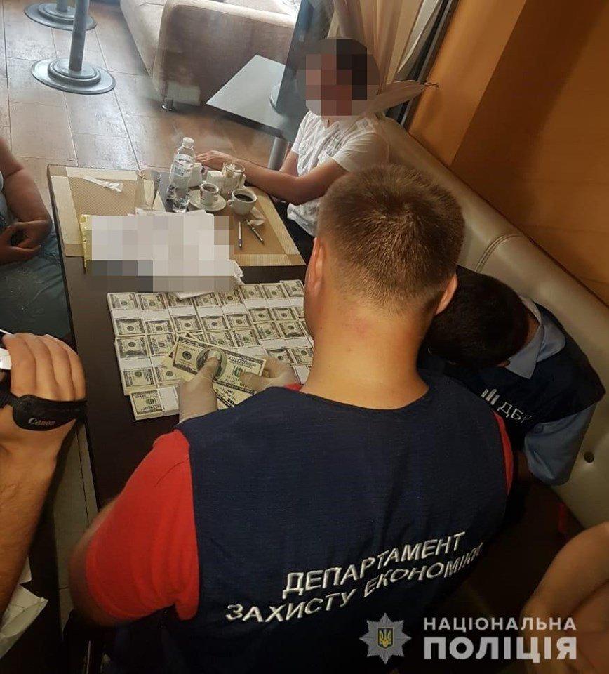 """У готелі """"7 днів"""" затримали посадовців під час отримання хабара, фото-6, Фото: Національна поліція України"""