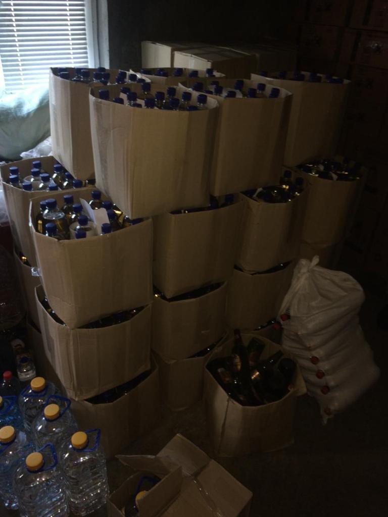 На Хмельниччині викрито підпільний цех із понад 4 тисячами літрів фальсифікату, фото-1