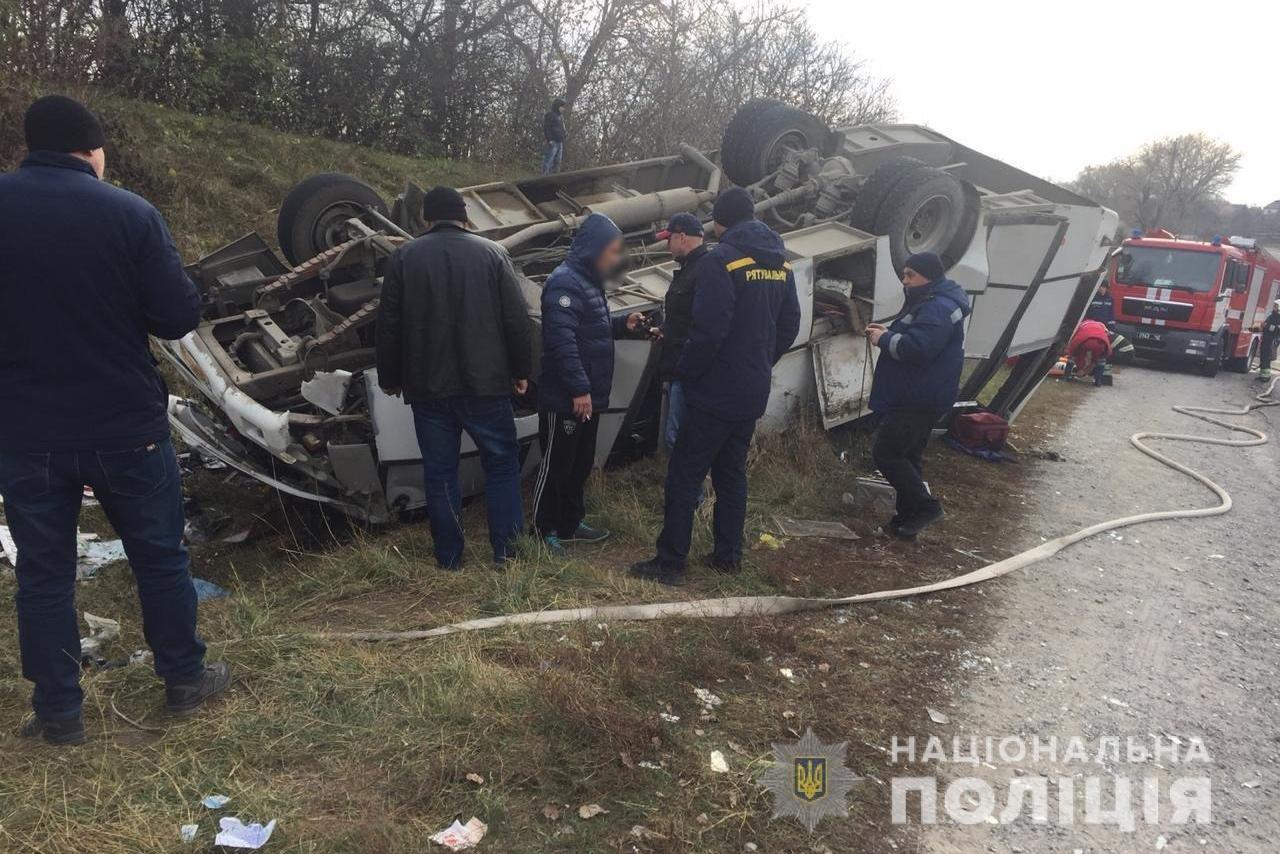 На околицях Довжка перекинувся рейсовий автобус, фото-1