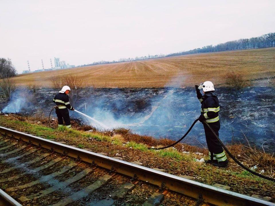 """У Кам'янці-Подільському рятувальники боролись із вогнем на відкритій території, фото-1, Фото: """"Служба порятунку 101 Кам'янець-Подільський"""""""