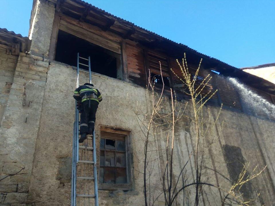 """У Кам'янці-Подільському вогонь із палаючої трави перекинувся на будівлю, фото-2, Фото: """"Служба порятунку 101 Кам'янець-Подільський"""""""