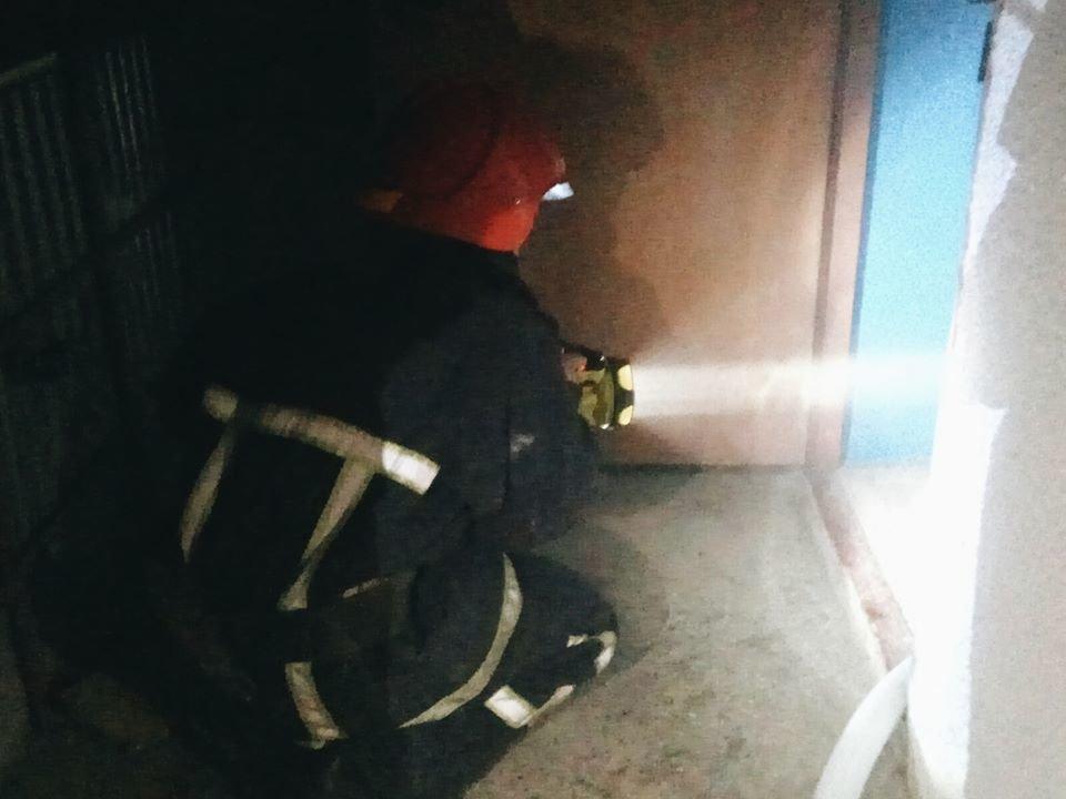 """У Кам'янці-Подільського сталась пожежа у багатоповерховому будинку, фото-1, Фото: """"Служба порятунку 101 Кам'янець-Подільський"""""""