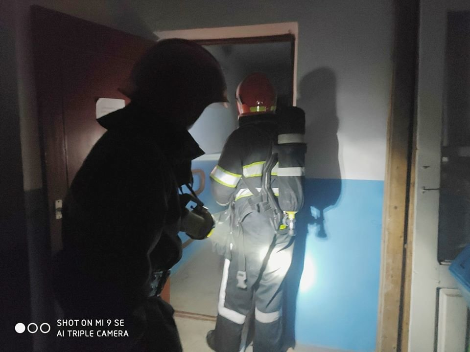 """У Кам'янці-Подільського сталась пожежа у багатоповерховому будинку, фото-3, Фото: """"Служба порятунку 101 Кам'янець-Подільський"""""""