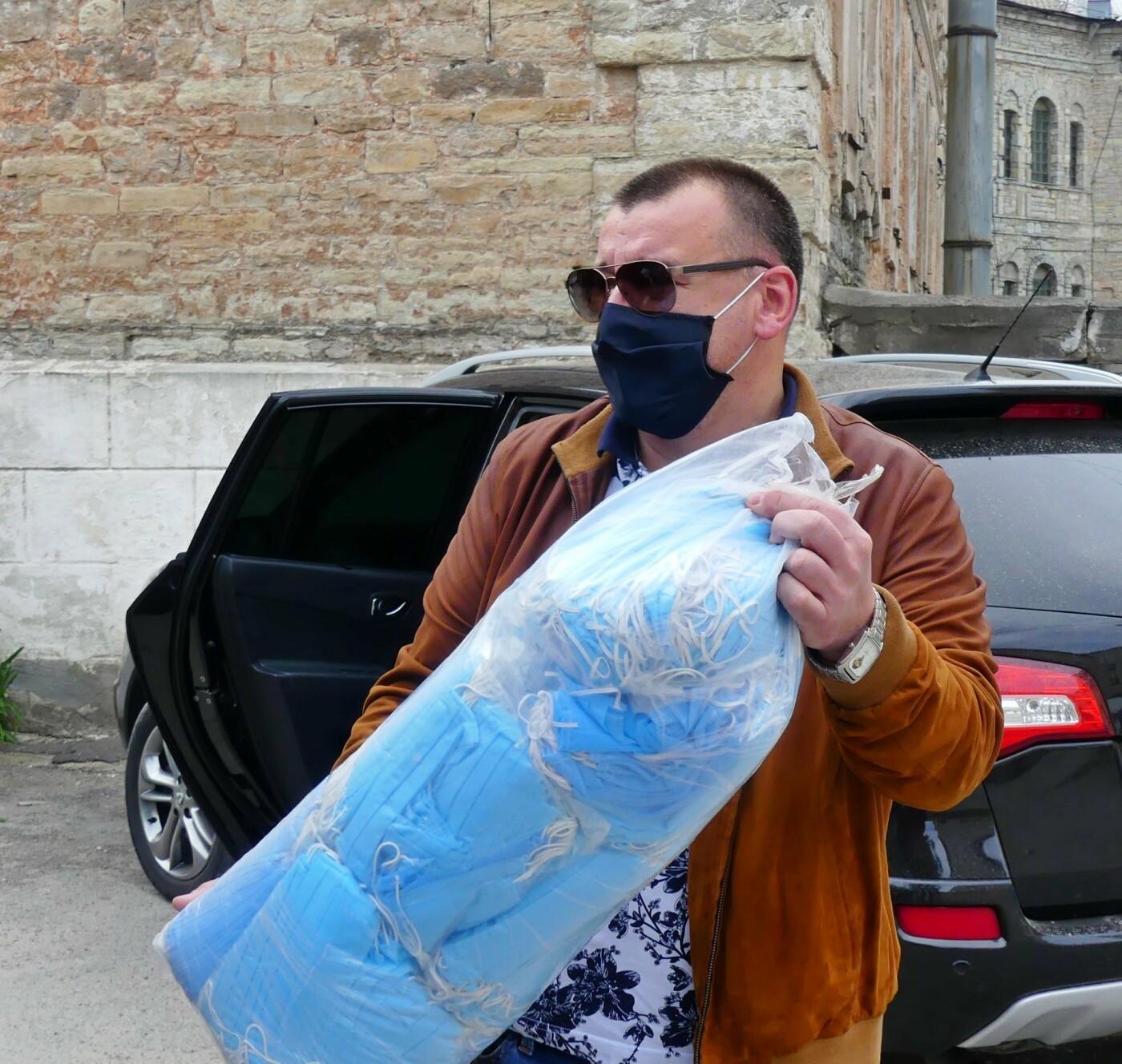 Кам'янецьким медикам передали захисні щитки та маски, фото-1, Фото: Михайло Сімашкевич, Фейсбук