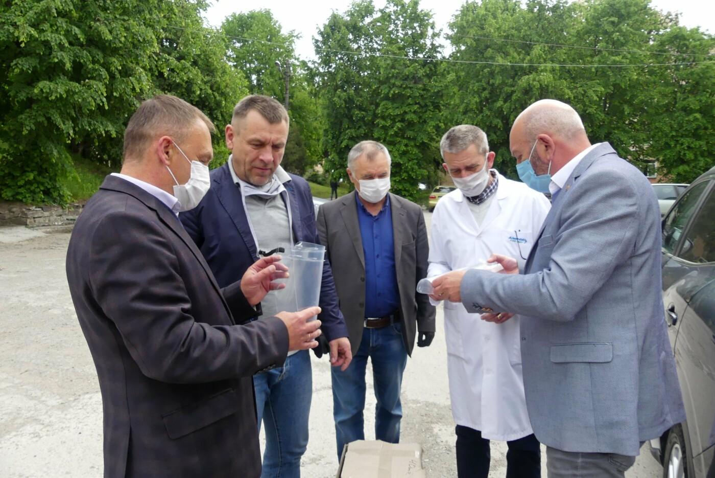 Кам'янецьким медикам передали захисні щитки та маски, фото-3, Фото: Михайло Сімашкевич, Фейсбук