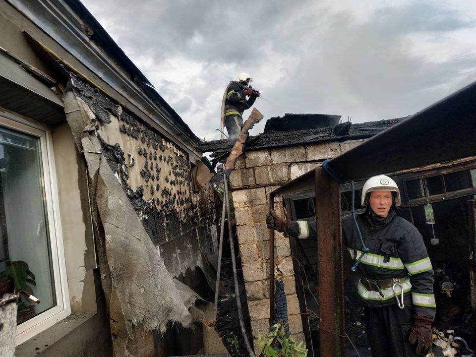 """У Кам'янці пожежа гаража ледь не знищила житловий будинок, фото-1, Фото: """"Служба порятунку 101 Кам'янець-Подільський"""""""