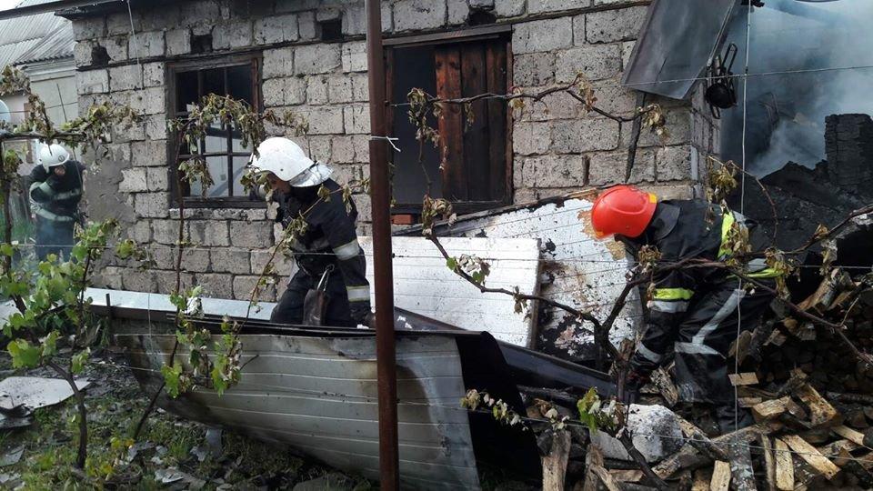 """У Кам'янці пожежа гаража ледь не знищила житловий будинок, фото-2, Фото: """"Служба порятунку 101 Кам'янець-Подільський"""""""