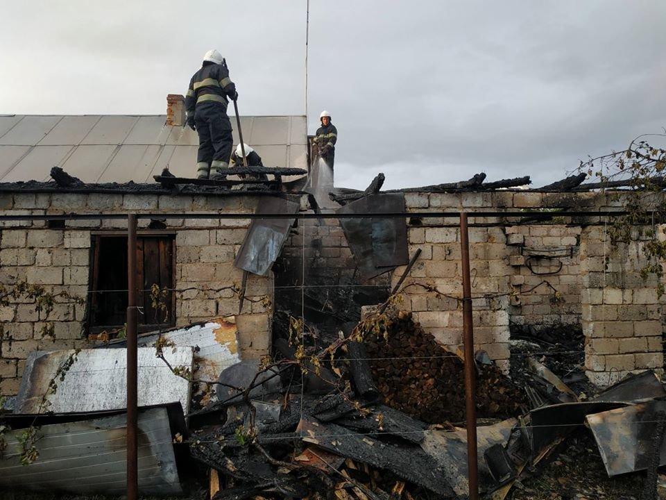 """У Кам'янці пожежа гаража ледь не знищила житловий будинок, фото-3, Фото: """"Служба порятунку 101 Кам'янець-Подільський"""""""