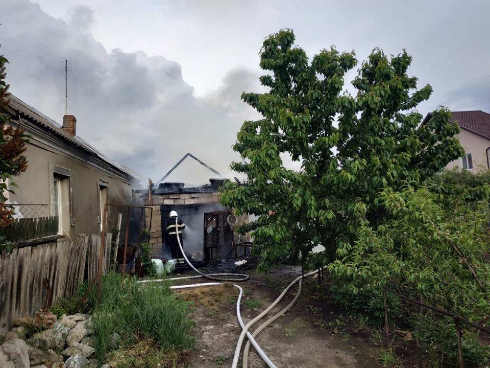 """У Кам'янці пожежа гаража ледь не знищила житловий будинок, фото-4, Фото: """"Служба порятунку 101 Кам'янець-Подільський"""""""