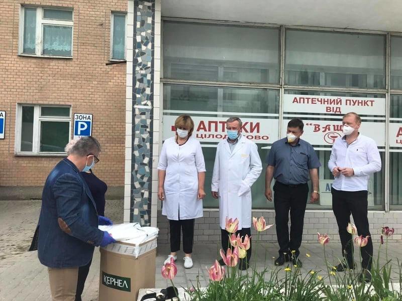 Заклади охорони здоров'я Кам'янеччини отримали захисні костюми, фото-1, Фото: Кам'янець-Подільська РДА