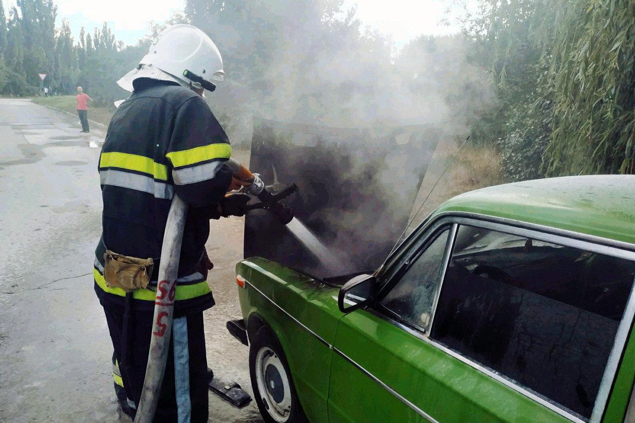 На мікрорайоні Жовтневому горів автомобіль, фото-1