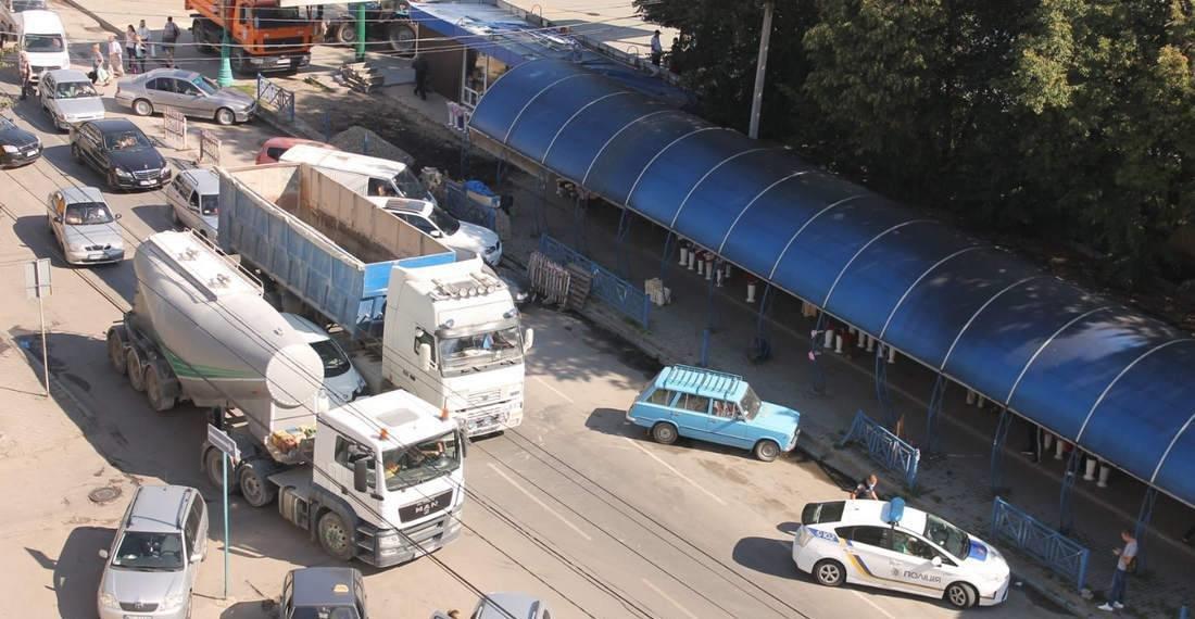 На проспекті Грушевського затисло легковик між вантажними авто, фото-1, Фото: мережа Інтернет