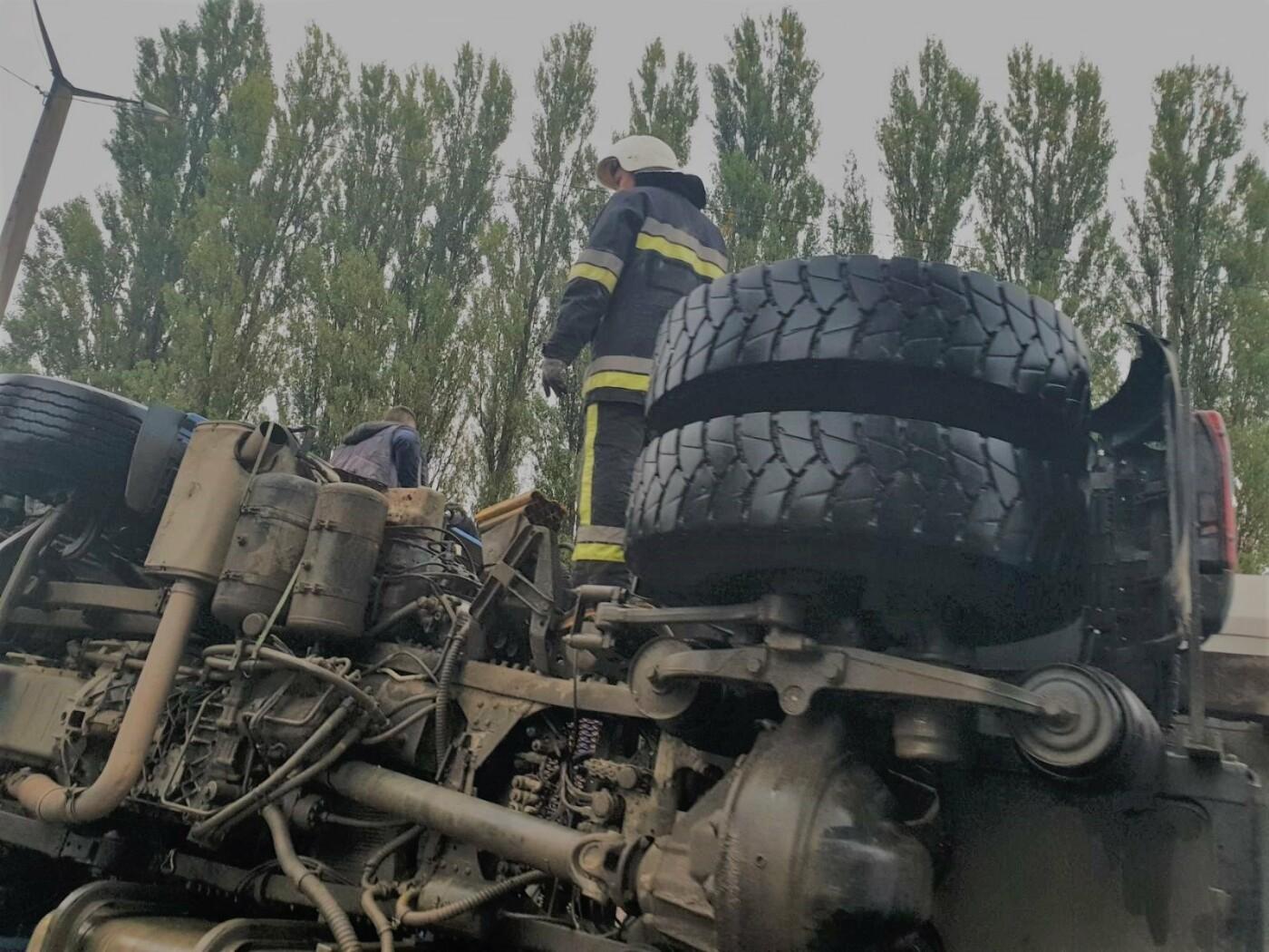 """У Кам'янці-Подільському перекинувся вантажний автомобіль , фото-2, Фото: """"Служба порятунку 101 Кам'янець-Подільський"""""""