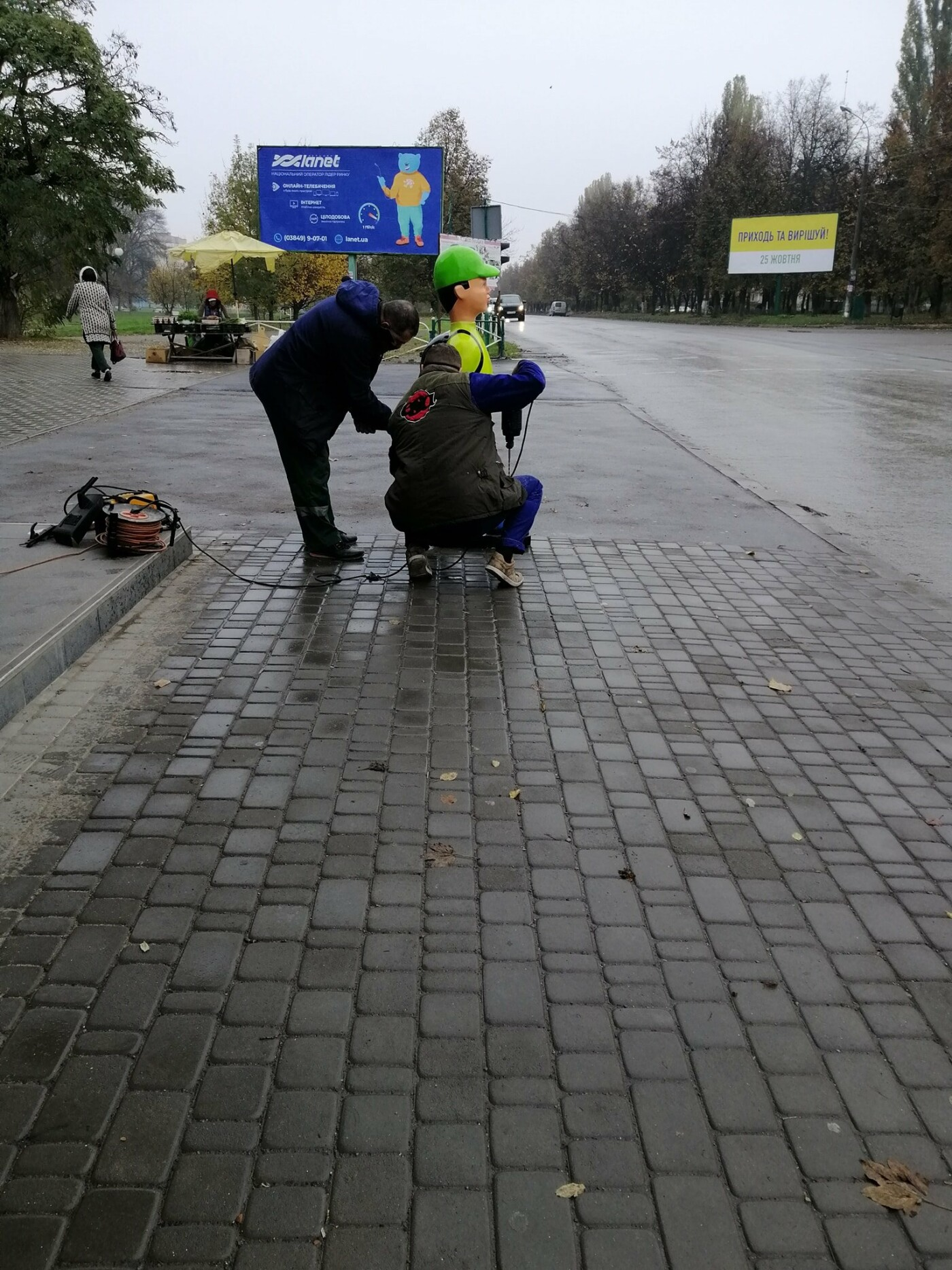 У Кам'янці-Подільському, для безпеки руху, встановили макет школяра-пішохода, фото-1