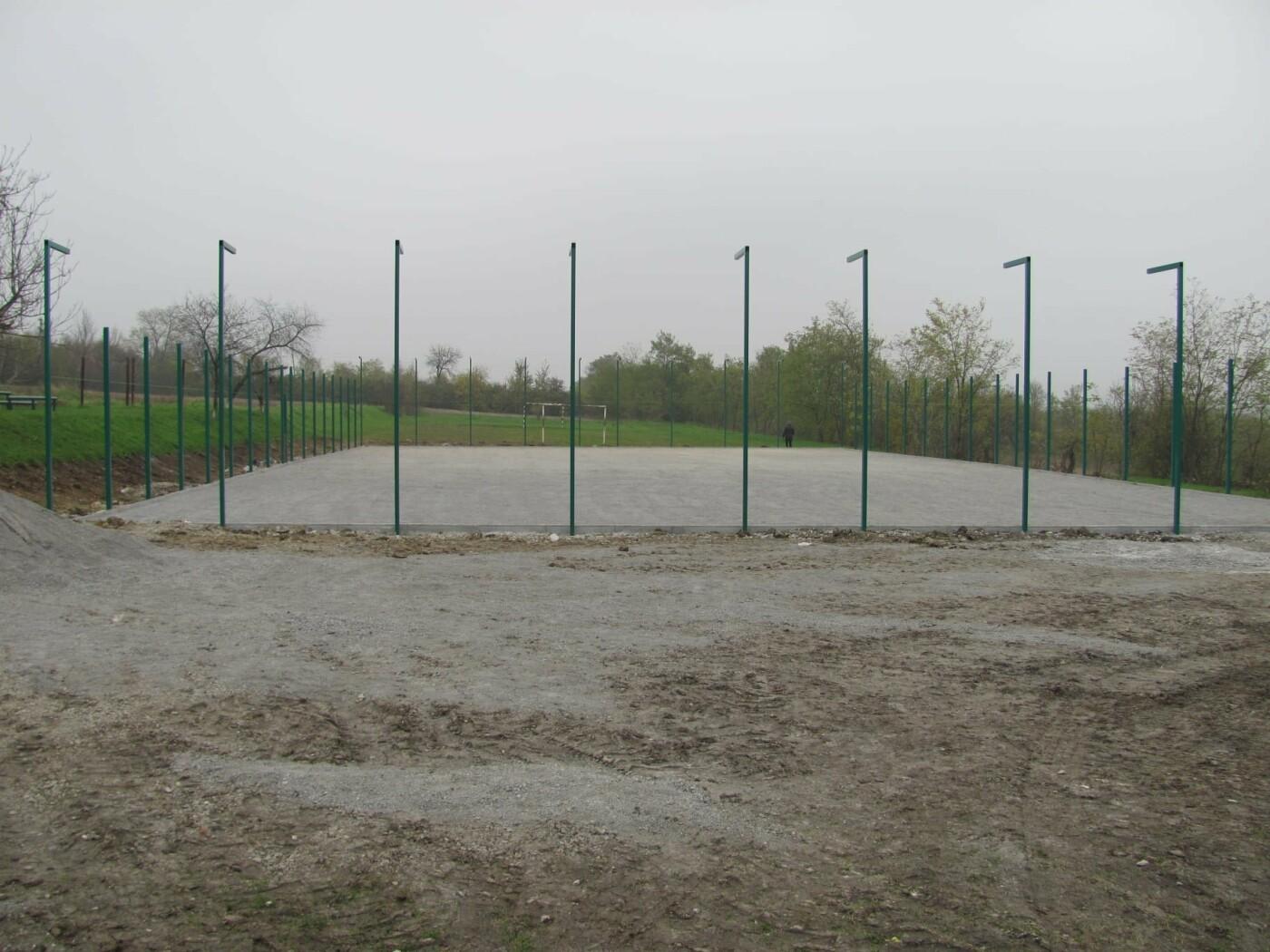 Встановлення мультифункціонального спортивного майданчика, який включатиме в себе футбольне та волейбольне поля, Фото: Кам'янець-Подільська РДА