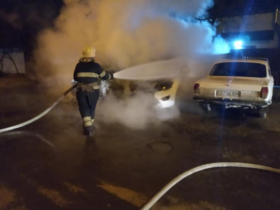 "Рятувальники гасять пожежу, Фото: ""Служба порятунку 101 Кам'янець-Подільський"""