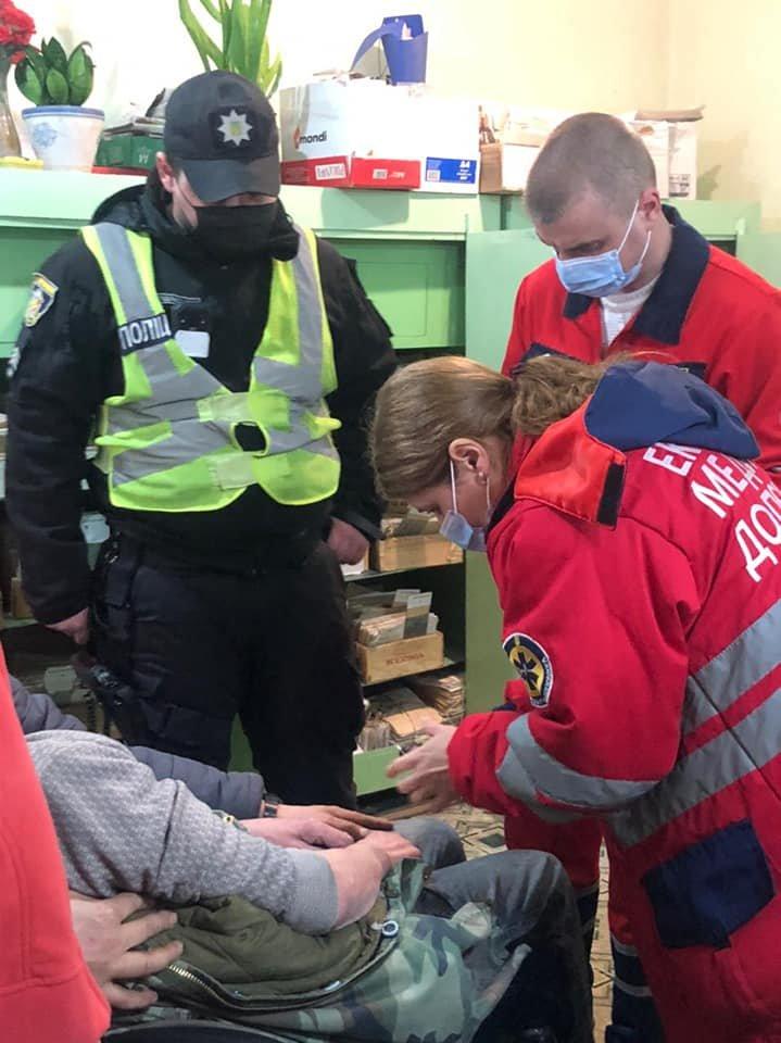Патрульні Кам'янця-Подільського врятували чоловіка, в якого стався інсульт, фото-2, Фото: Кам'янець-Подільське районне управління поліції