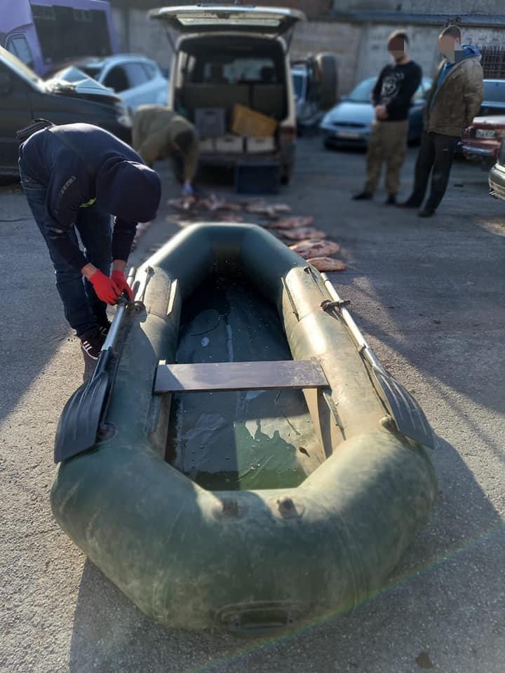 На Кам'янеччині на березі річки виявили автівку, заповнену рибою на 50 тисяч гривень, фото-3
