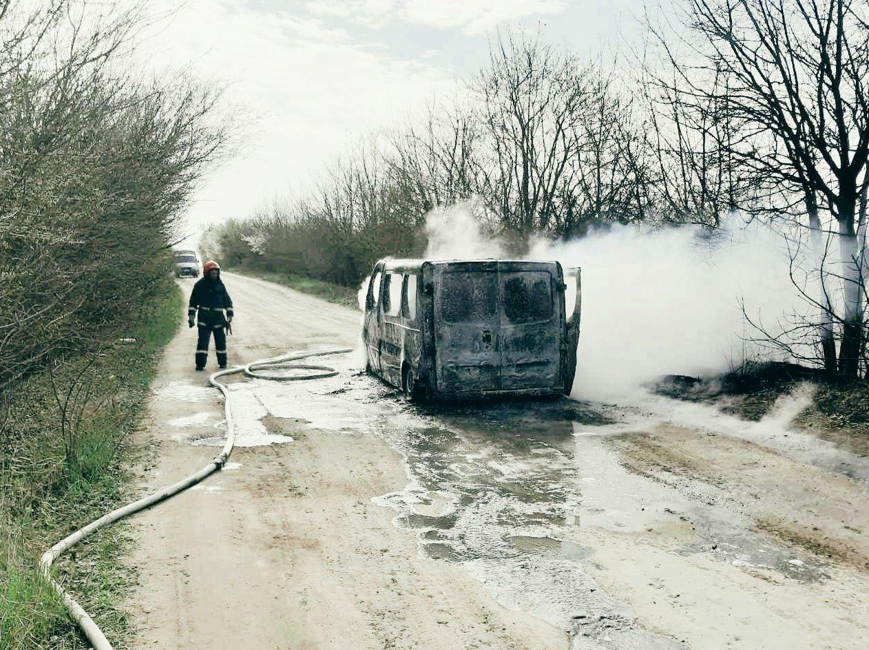 """На Кам'янеччині під час руху загорівся мікроавтобус, фото-2, Фото: """"Служба порятунку 101 Кам'янець-Подільський"""""""