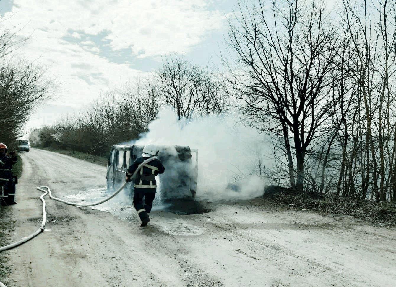 """На Кам'янеччині під час руху загорівся мікроавтобус, фото-4, Фото: """"Служба порятунку 101 Кам'янець-Подільський"""""""