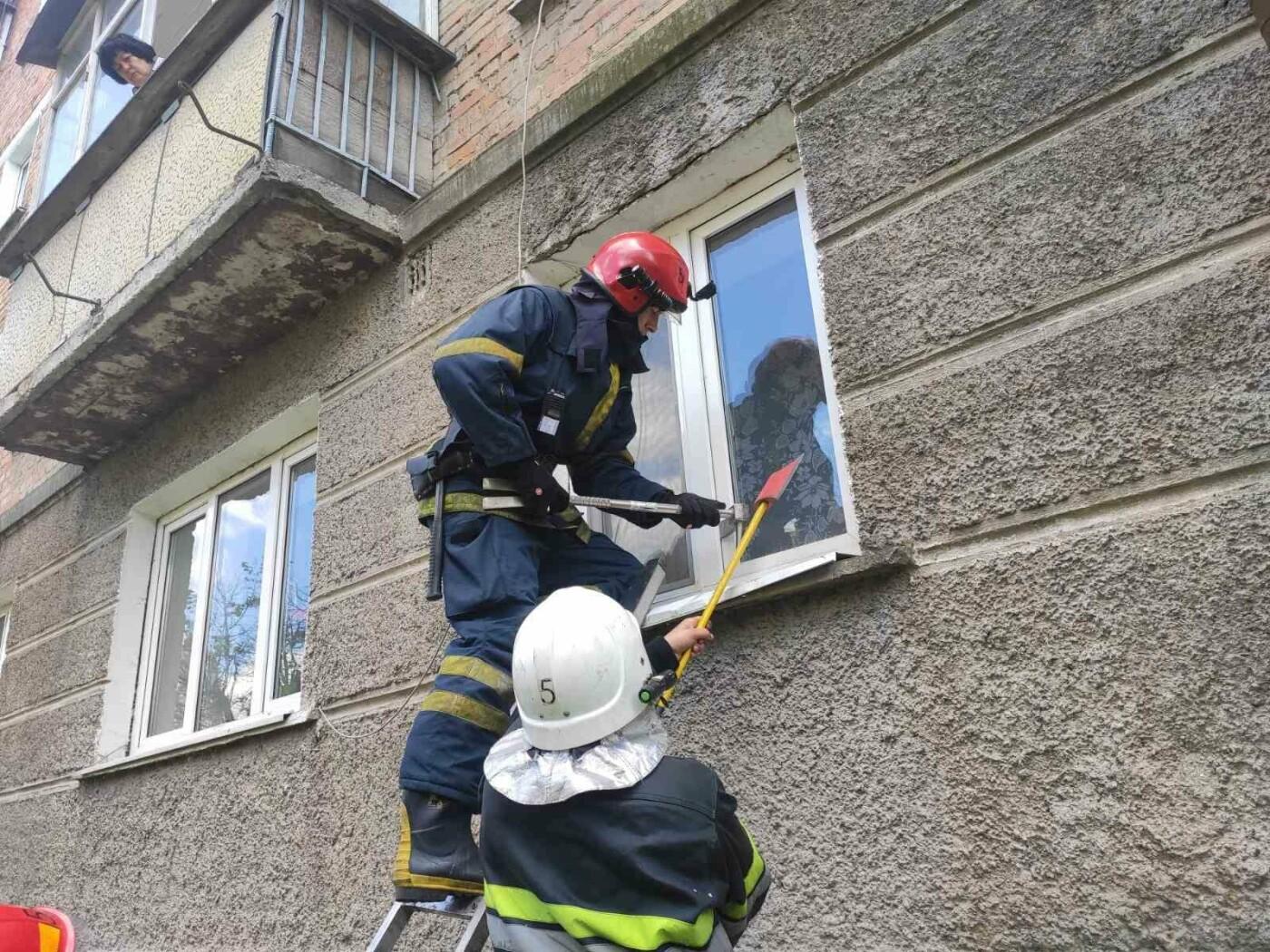 """У Кам'янці-Подільському літня жінка замкнулась у власній квартирі, фото-1, Фото: """"Служба порятунку 101 Кам'янець-Подільський"""""""