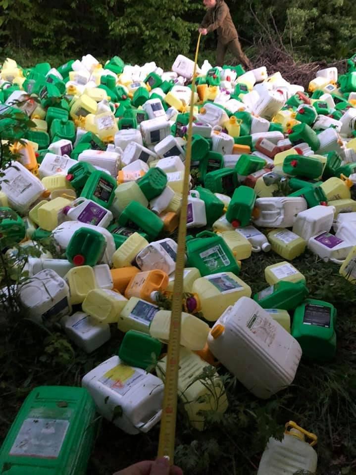 На Кам'янеччині екологи виявили в лісі звалище каністр від пестицидів, фото-1, Фото: Державна екологічна інспекція у Хмельницькій області