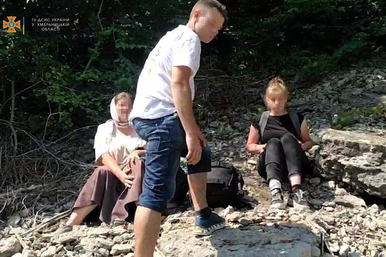 На Кам'янеччині рятувальники транспортували дівчину, яка травмувала ногу, фото-1, Фото: ГУ ДСНС України у Хмельницькій області