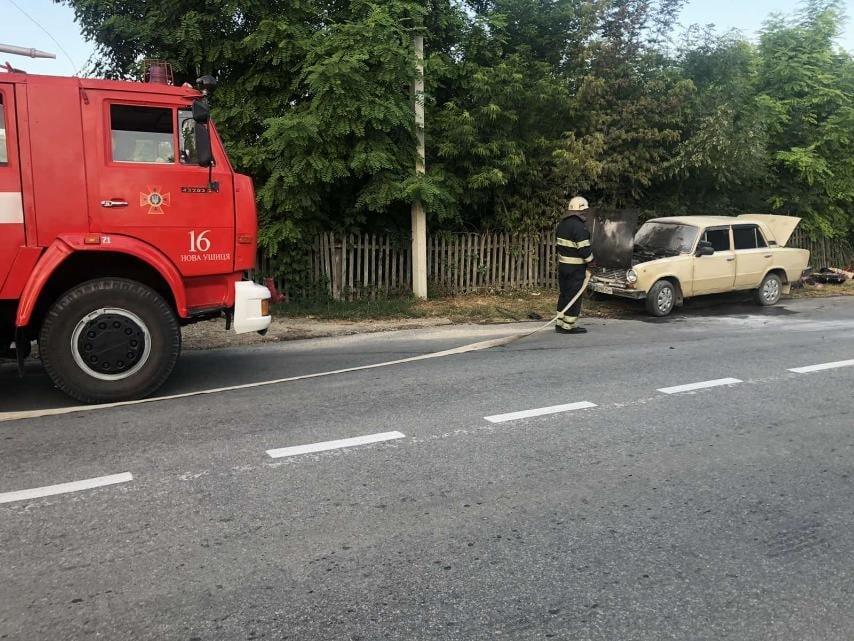 Пожежа легковика на Кам'янеччині, Фото: пресслужба порятунку 101 Кам'янця-Подільського