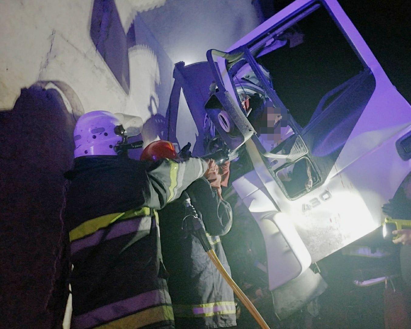 Неподалік Лисогірки вантажівка врізалась в бетонну опору моста , фото-1, Фото: пресслужба порятунку 101 Кам'янця-Подільського