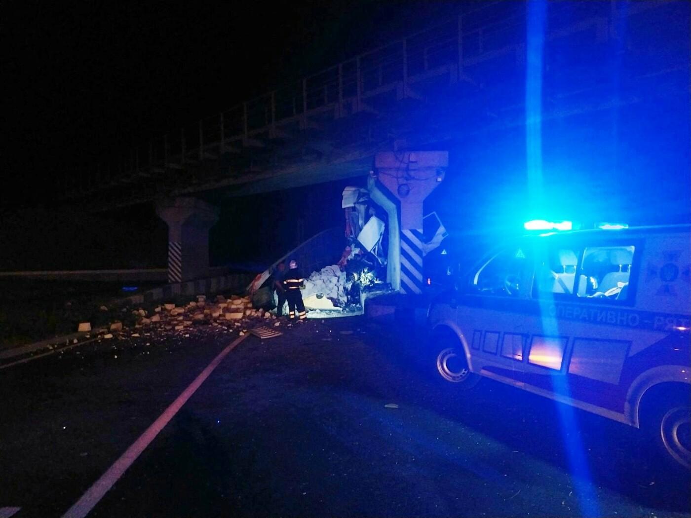 Неподалік Лисогірки вантажівка врізалась в бетонну опору моста , фото-3, Фото: пресслужба порятунку 101 Кам'янця-Подільського