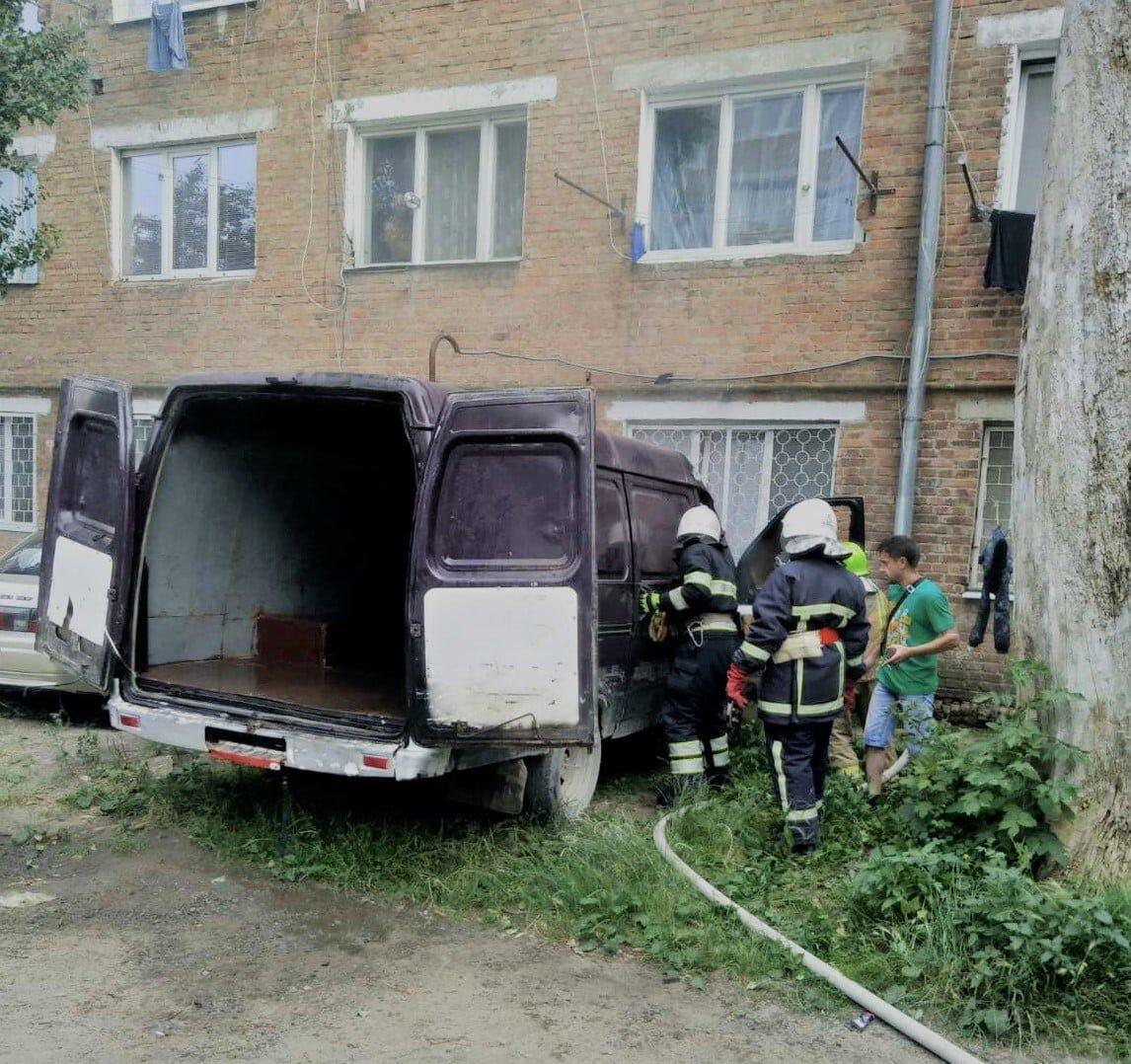 """У Кам'янці горів автомобіль, Фото: """"Служба порятунку 101 Кам'янець-Подільський"""""""